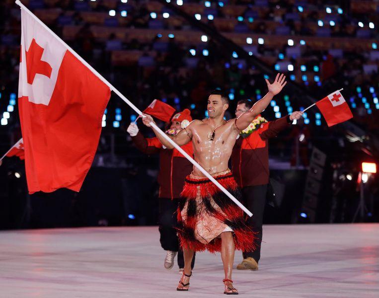 Het is niet de eerste maal dat premier Pohiva van Tonga opmerkelijke uitspraken doet. In augustus riep hij de leiders van de andere eilanden in de Stille Oceaan op om deel te nemen aan een afvalwedstrijd, als voorbeeld voor hun bevolking. De regio kent het grootste aandeel inwoners met obesitas ter wereld. Op de foto atleet Pita Taufatofua die tijdens de Olympische Spelen afgelopen jaar twee keer de vlag droeg voor Tonga.