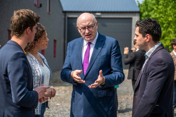Eurocommissaris voor Landbouw Phil Hogan in gesprek met jonge boeren Robert ten Kate, Annemarie de Ceuster en Henri van den Boomen (rechts).