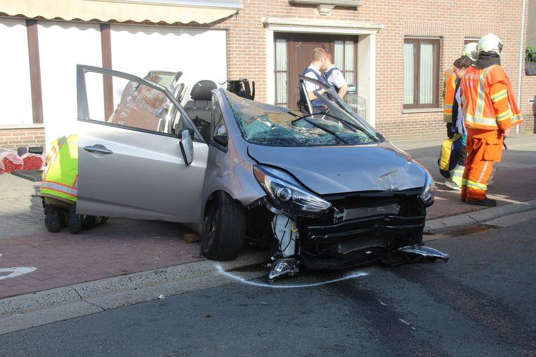 73-jarige bestuurder als bij wonder lichtgewond na spectaculaire crash.