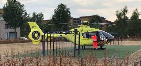 Zwaargewonde na val van dak in Heesch, traumahelikopter landt op voetbalveld