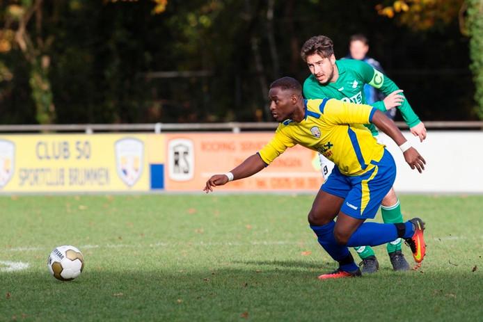 De voetballers van Brummen (geelblauw) moeten het na dit seizoen zonder trainer Jeroen van der Tol doen. Foto: Patrick van Gemert