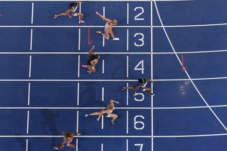 De Britse Dina Asher-Smith overschrijdt de finish. De Duitse Gina Lueckenkemper werd tweede, Dafne Schippers derde.  Beeld AFP