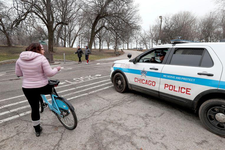 Politieagenten in Chicago blokkeren de toegang van een park.  Beeld AP