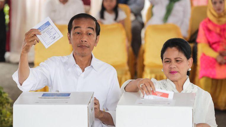 Joko Widodo en zijn vrouw Iriana brengen hun stem uit tijdens de verkiezingen Beeld ANP