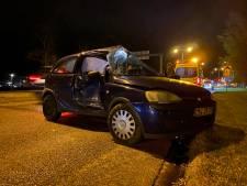 Auto knalt zijwaarts tegen lantaarnpaal in Deventer: bestuurder gewond afgevoerd