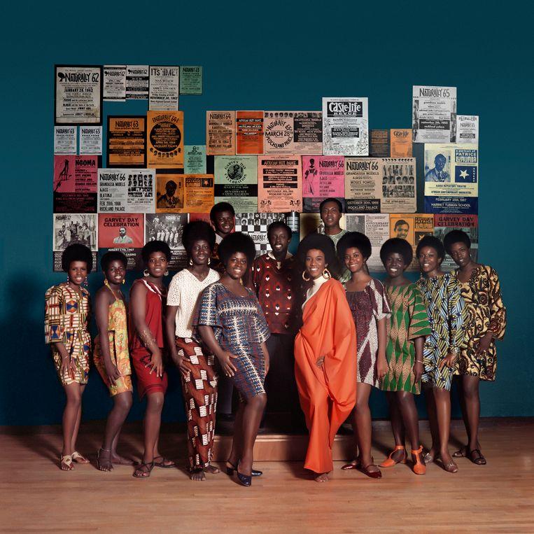 De fotoshoot van Kwame Brathwaite bij de modeshow 'Naturally '68', met Grandassa-modellen en leden van AJASS in het Apollo Theater in Harlem.  Beeld Kwame Brathwaite Philip Martin Gallery, Los Angeles