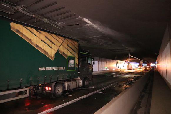 Een andere vrachtwagen raakte beschadigd door vallende brokstukken.