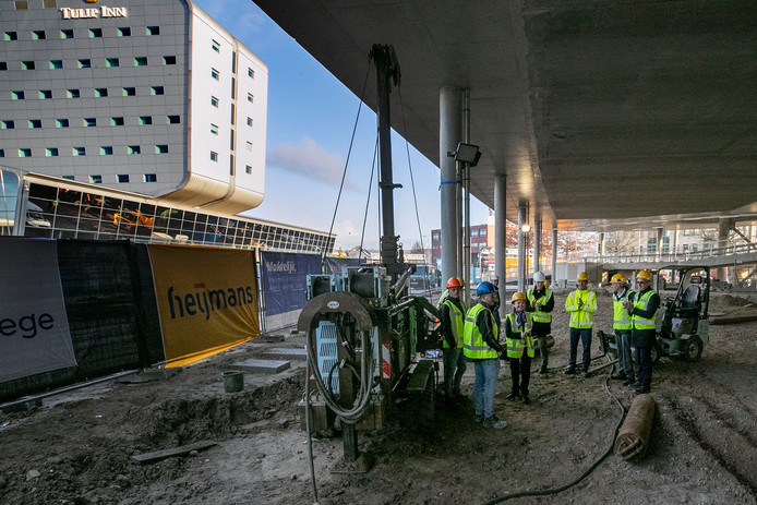 Bij Eindhoven Airport bouwt Summa College een nieuw gebouw voor de opleiding Luchtvaartdienstverlening. De eerste paal werd geslagen door drie studenten en drie betrokken directeuren.