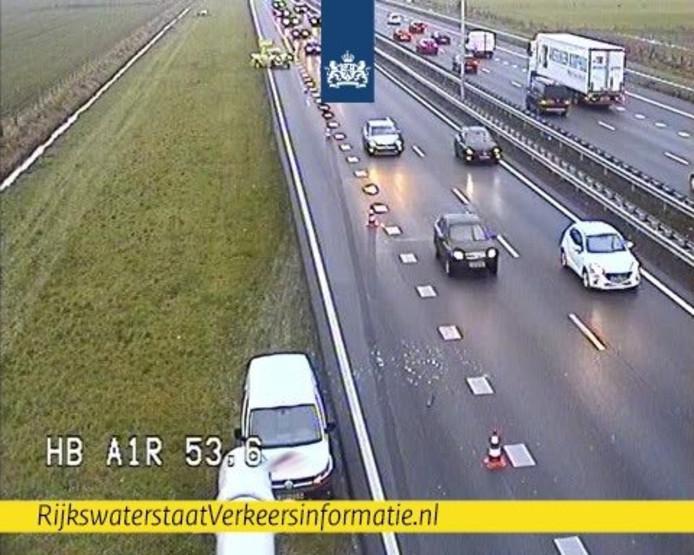Een ongeluk bij Barneveld zorgt voor file op de A1.