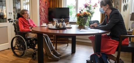 Versoepeling bezoekverbod in Herfstzon in Goor valt goed bij moeder en dochter