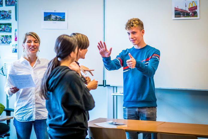 Docent Andrienne Kerckhoffs leert de leerlingen met gebaren en door actieve lessen beter Frans te spreken.