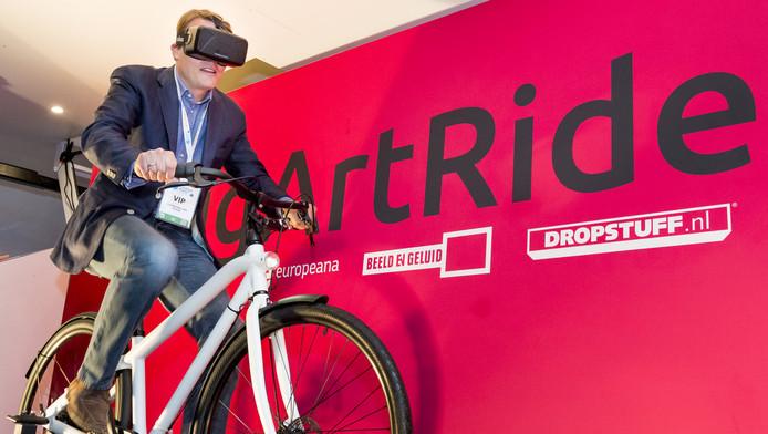 Prins Constantijn tijdens zijn virtuele fietstocht op Campus Party in Utrecht.