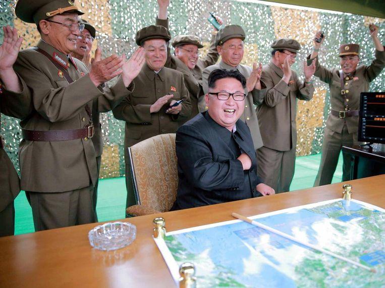 De Noord-Koreaanse leider Kim Jong-un tijdens een recente raketlancering.