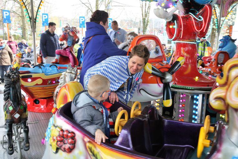 Kinderen konden zorgeloos rondjes draaien op de kindermolen tijdens de eerste prikkelarme kermisdag op de Carnavalfoor in Halle.