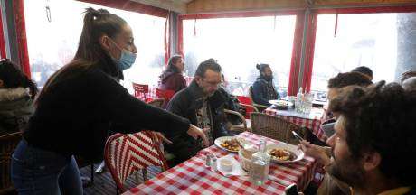Un restaurant français ouvre ses portes malgré l'interdiction, la police impuissante
