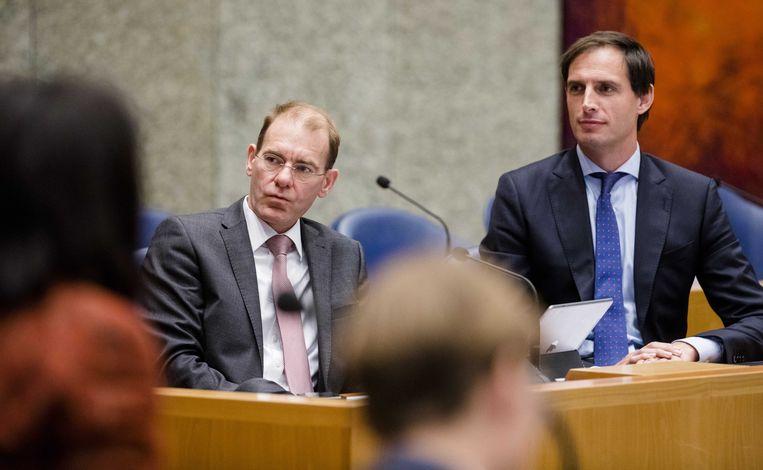 Staatssecretaris Menno Snel (l.) en minister Wopke Hoekstra van Financiën tijdens de Algemene Financiële Beschouwingen in de Tweede Kamer. Beeld ANP - Bart Maat
