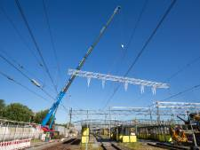 Superlange balk voor bovenleiding geplaatst  bij station Zwolle