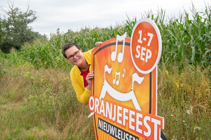 Dorien Zieleman kan met tevredenheid het programma van de feestweek in Nieuwleusen presenteren. De Oranjevereniging maakt bewuste keuzes. Omwille van de verstaanbaarheid gaat de cabaretvoorstelling bijvoorbeeld naar kulturhus De Spil.