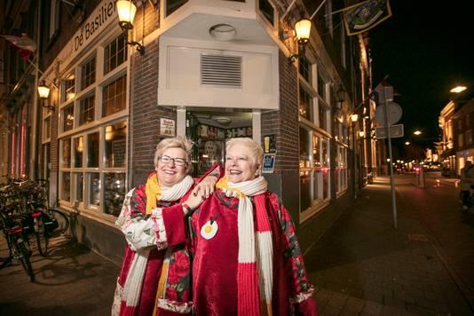 Twee vrouwelijke portiers en zussen van Basiliek. Op foto links Thea Pigmans en rechts Nelleke van den Heuvel.