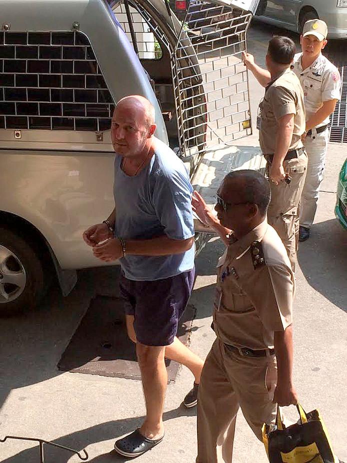 Johan van Laarhoven, vergezeld door een Thaise politieagent