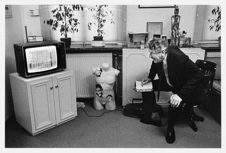 Wim Kok volgt de verkiezingsuitslagen op televisie in 1994   Beeld Hollandse Hoogte / Bert Verhoeff