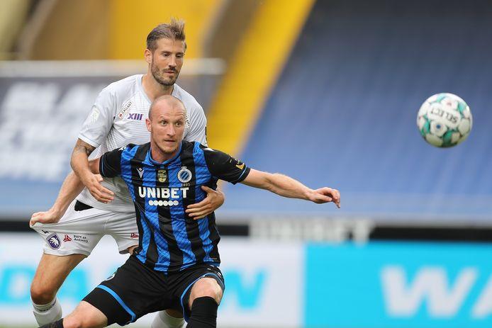 Frederic Frans in duel met Michael Krmencik tijdens Beerschots match op Club Brugge. De toppers volgen mekaar snel op voor Frans en co.
