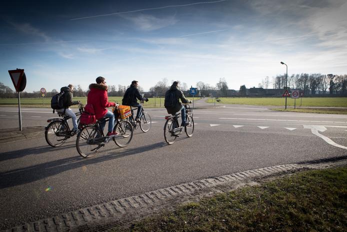 Scholieren fietsen de Hessenweg (N340) over bij de oversteek naar de Varsenerweg.