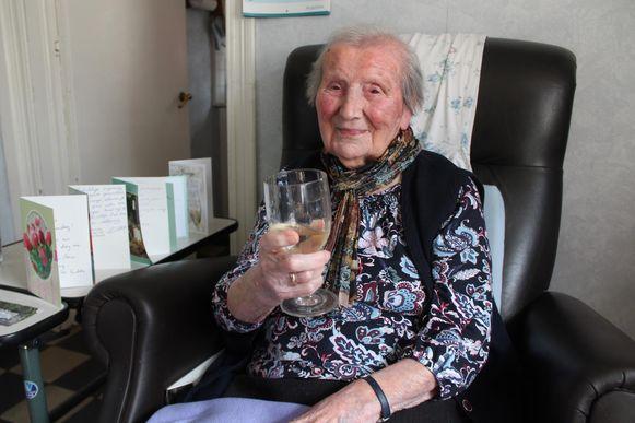 Ambrosine vierde haar verjaardag in haar geliefde zetel met een 'glazeke' wijn.