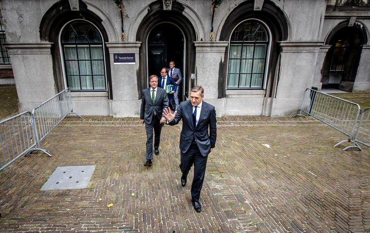 Alexander Pechtold en Sybrand Buma vertrekken van het Binnenhof na onderhandelingen met informateur Gerrit Zalm. Beeld ANP