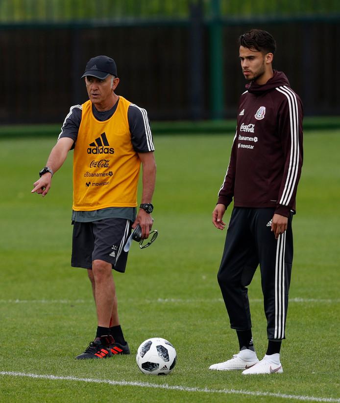 Bondscoach Juan Carlos Osorio en Diego Reyes (rechts).