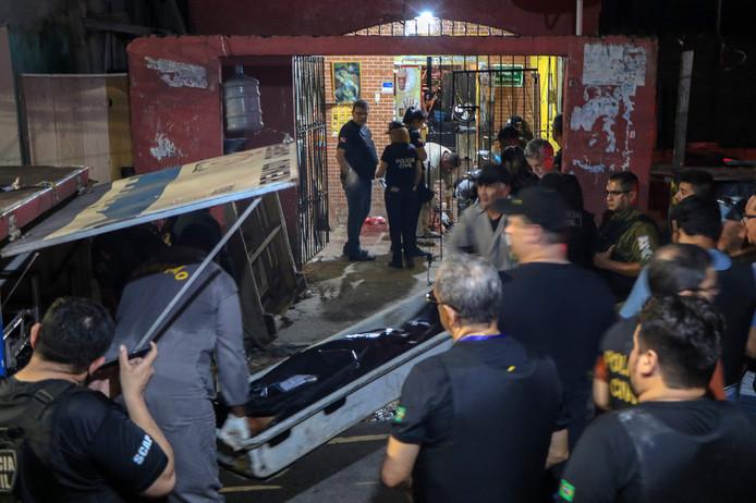 Een slachtoffer wordt de bar in Belem uitgedragen.