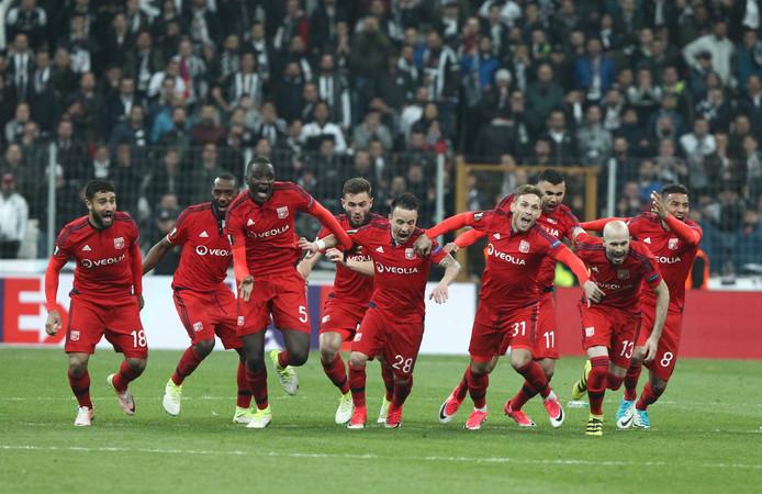 Vreugde bij de spelers van Olympique Lyon na hun gewonnen strafschoppenserie bij Besiktas.