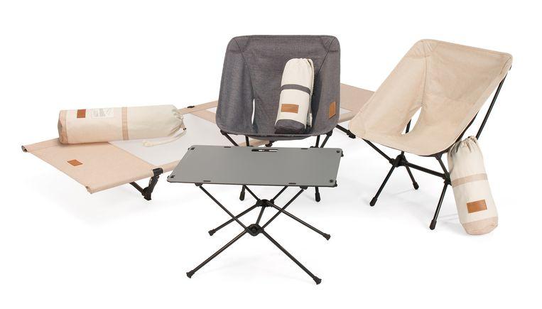 Helinox' nieuwste 'Home Deco & Beach'-collectie is gemaakt om niet alleen op reis, maar ook dichtbij huis, zoals in de tuin of op het strand, gebruikt te worden. Uitklapbare stoel euro 150, stretcher € 500 en bijzettafel € 220. helinox.eu Beeld