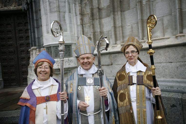 De Zweedse aartsbisschop Anders Wejryd (centrum) met twee homoseksuele vrouwelijke priesters.