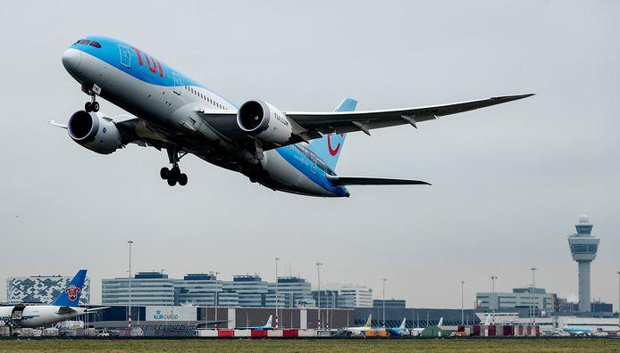 Een vliegtuig van TUI stijgt op van een landingsbaan van Schiphol.