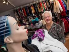 Met een big smile de winkel van kledingbank Tiel uit