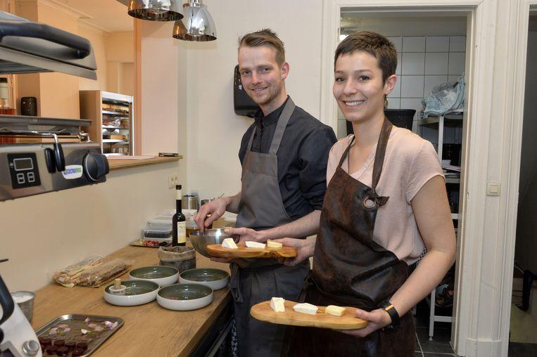 Erin Elst en Kris Weygers tonen kaasspecialiteiten.