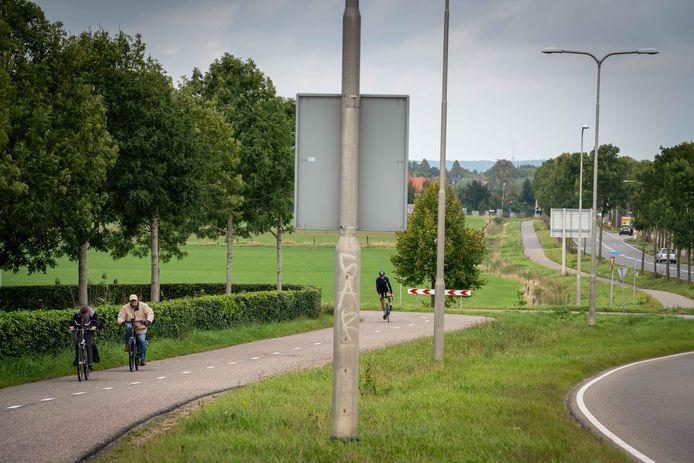 Er is extra geld beschikbaar voor het vervangen van het fietspad langs de Rijksweg door een nieuw twee-richtingen fietspad met ongelijkvloerse kruisingen.