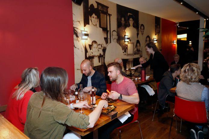 Aan de wand van restaurant Blauw prijkt een grote familiefoto. Reserveren is noodzakelijk want het zit er altijd vol.
