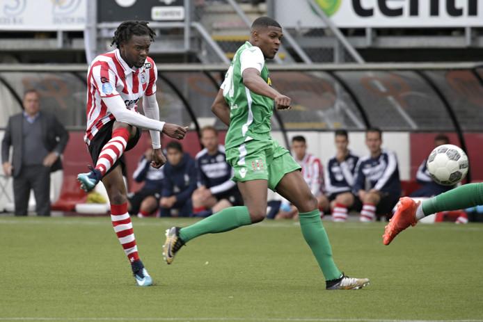 Miquel Nelom in actie voor Sparta. Hij krijgt nu een kans bij Vitesse.  De Arnhemse club is op zoek naar een linksback.