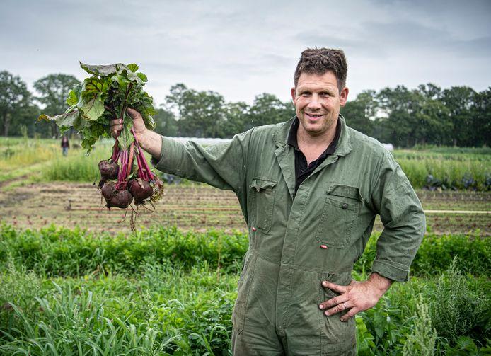Boer Geert van der Bruggen oogst rode bieten. ,,Je oogst als het blad goed groen is en de biet omhoog is gekomen.''