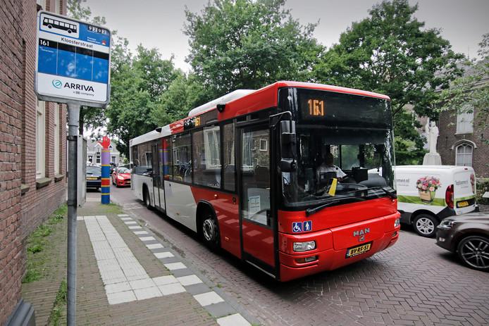 Buslijn 161 passeert de Kloosterstraat in Geffen.