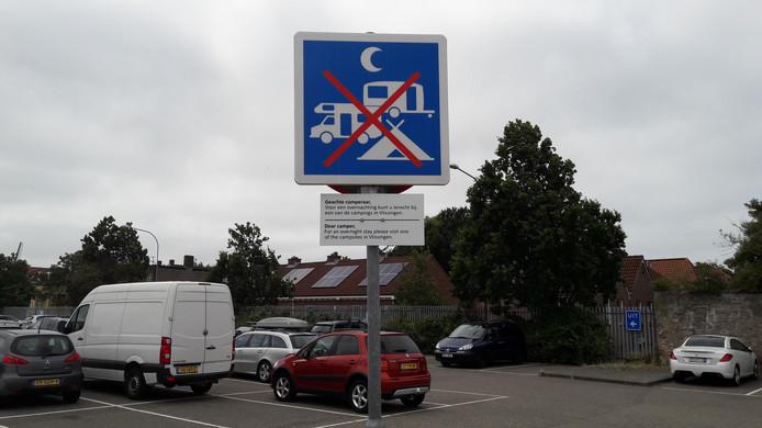 Een verbodsbord dat duidelijk moet maken dat kamperen niet is toegestaan op het parkeerterrein aan de Vlissingse Koningsweg.