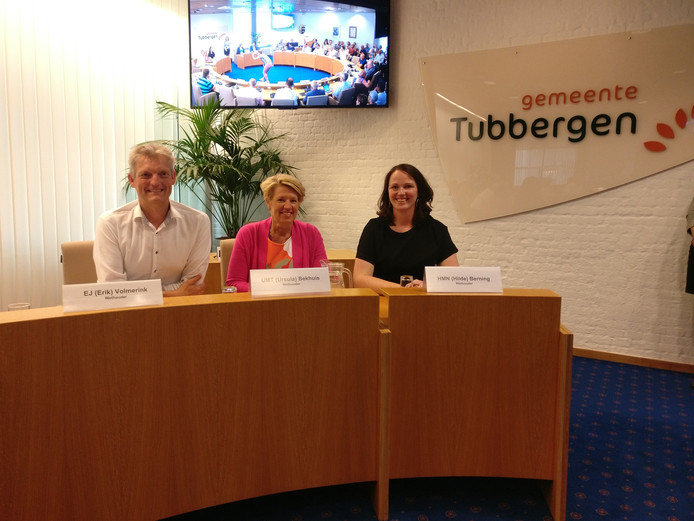 Hilder Berning-Everlo (geheel rechts) is als wethouder toegetreden tot het college van de gemeente Tubbergen. Naast haar collega wethouders Erik Volmerink en Ursula Bekhuis-Groothuis.
