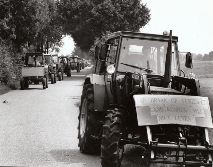 In 1990 trokken boze boeren uit Asten en omgeving in een demonstratieve tractortocht naar de Groote Peel richting Nederweert om daar hun ongenoegen te uiten over de voorgenomen opwaardering van het natuurgebied tot Nationaal Park. De boeren hadden al zo'n moeite met steeds scherper geworden milieuregels en vreesden dat een Nationaal Park hen de kop zou kosten. De Groote Peel werd in 1993 desondanks opgewaardeerd.