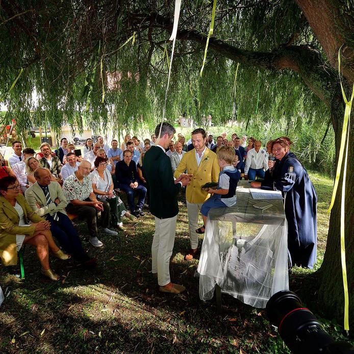 Jeroen en Jesse trouwden in juli in hun eigen tuin als eerste in de open lucht  in de gemeente Moerdijk. Vanaf 1 oktober komt er nog een optie bij: je eigen trouwambtenaar meebrengen.