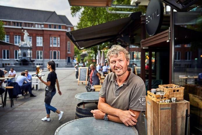 Café-uitbater Ron de Jong van Bokaal is niet te spreken over een brief van zijn verhuurder.