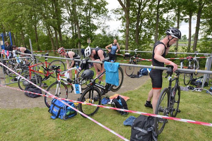 Na het zwemmen in De Broene Eugte snel wisselen en dan op de fiets voor het tweede onderdeel van de triatlon.