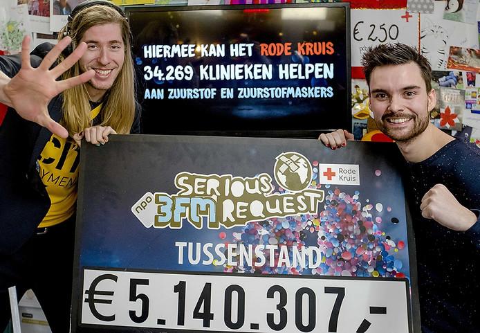 De djs met de laatste tussenstand voor Serious Request. 3FM djs Domien Verschuuren en Frank van der Lenden zijn vanuit Breda 6 dagen en nachten lang geld aan het inzamelen. FOTO ANP KIPPA SANDER KONING
