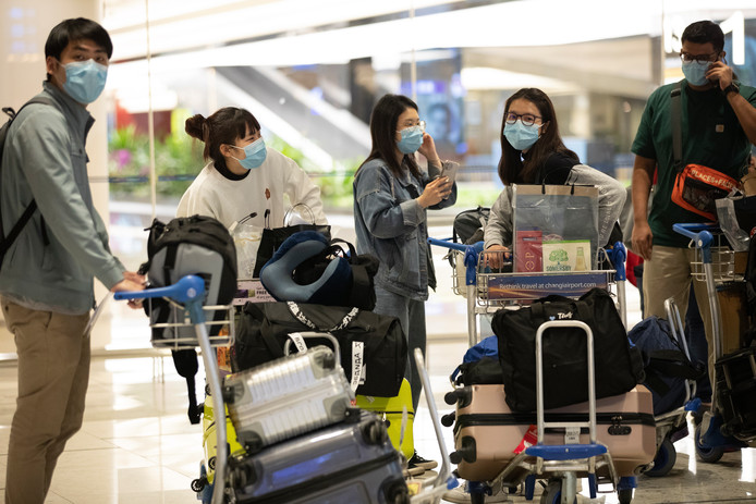 Reizigers op de luchthaven van Singapore.